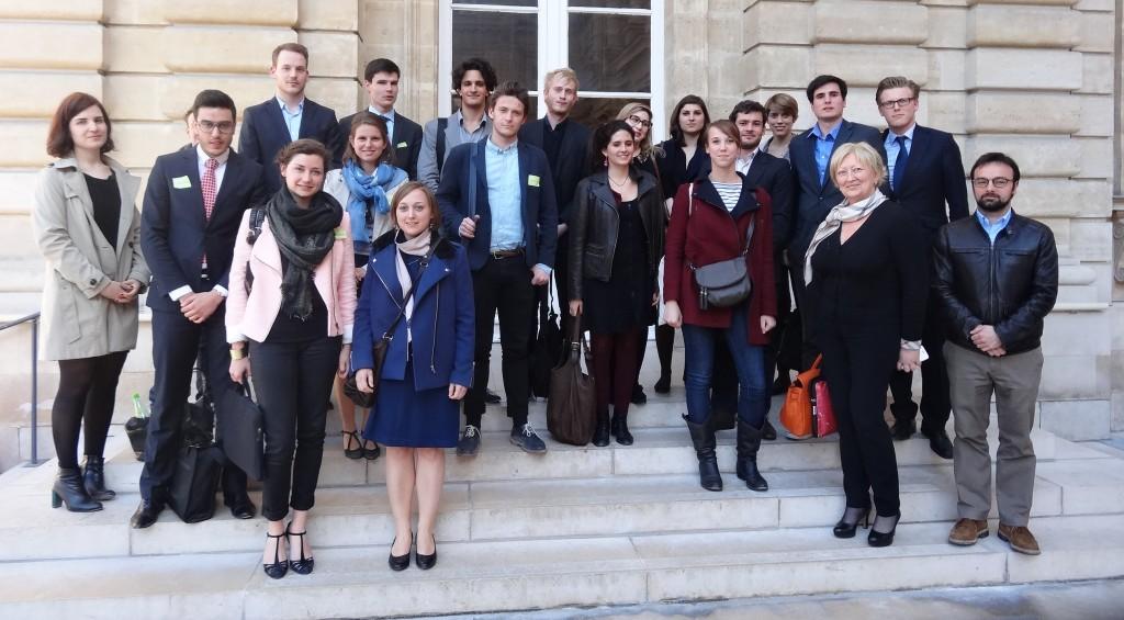 Photo de groupe des étudiants et de la marraine du Concours du Lobbying au Sénat, édition 2014