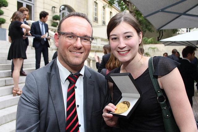 Damien Abad, député parrain de l'édition 2016, et une étudiante primée lors de la cérémonie de remise des prix du Concours du Lobbying